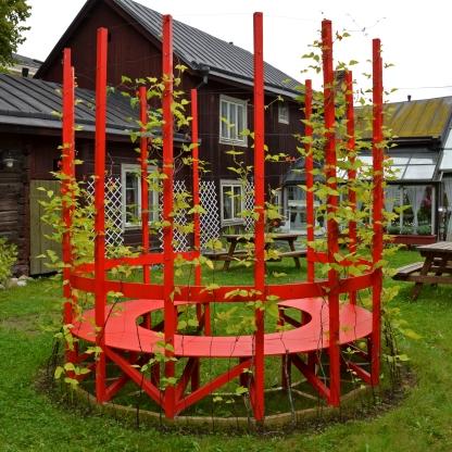 INTERSPACE Positional and collective artwork in the garden of DaisyLadies (an association for immigrant women) in Turku made 2016. Creation and design: DaisuLadies, Anna-Leena Telasmaa and Sini Talonen. Implementation: Sini Talonen, DaisyLadies, Jari Uusitalo, TUAS. Implementation planning: Sakke Talonen VÄLITILA 2016 tehty paikkasidonnaisen ja yhteisöllisen taiteen teos DaisyLadien (maahanmuuttajanaisten yhdistys) pihalla Turussa. Ideointi ja suunnittelu: DaisyLadies, Anna-Leena Telasmaa ja Sini Talonen. Toteutus: Sini Talonen, Daisyladies, Jari Uusitalo, Turun AMK. Toteutussuunnittelu: Sakke Talonen
